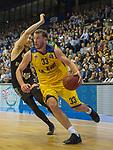 14.04.2018, EWE Arena, Oldenburg, GER, BBL, EWE Baskets Oldenburg vs s.Oliver W&uuml;rzburg, im Bild<br /> den Gegner stehen lassen...<br /> Philipp SCHWETHELM(EWE Baskets Oldenburg #33)<br /> E.J. SINGLER (s.Oliver W&uuml;rzburg #15 )<br /> Foto &copy; nordphoto / Rojahn