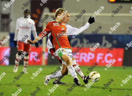 2010-11-27 / Voetbal / seizoen 2010-2011 / Antwerp FC - KV Oostende / Jordi Rico met Benjamin Lambot (Antwerp) in de rug..Foto: Mpics
