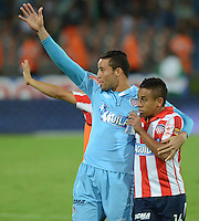 MEDELLÍN -COLOMBIA-18-04-2015. Vladimir Hernandez y Sebastian Viera jugadores de Atlético Junior saludan al público al final del partido con Atltico Nacional por la fecha 16 de la Liga Aguila I 2015 jugado en el estadio Atanasio Girardot de la ciudad de Medellín./ Vladimir Hernandez and Sebastian Viera players of Atletico Junior greets the public after the match against Atletico nacional for the  16th date of the Aguila League I 2015 at Atanasio Girardot stadium in Medellin city. Photo: VizzorImage/León Monsalve/ Cont