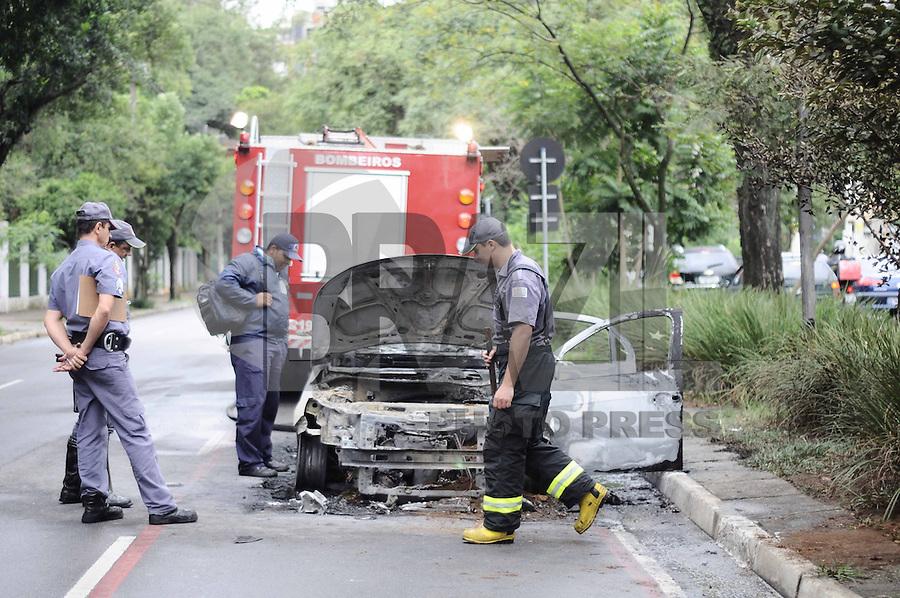 SAO PAULO, SP, 05 DE ABRIL 2013 - CARRO PEGA FOGO - Um carro pegou fogo na Avenida Republica do Libano, na parte de tras do Parque do Ibirapuera, nao houve feridos, ira que aguardar pericia no local, nesta tarde de sexta-feira (05). (FOTO: ADRIANO LIMA / BRAZIL PHOTO PRESS).