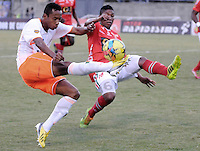 ENVIGADO -COLOMBIA-06-04-2014. Fredy Hurtado (Izq) de Envigado FC disputa el balón con Luis Nuñez (Der) de Patriotas FC durante partido por la fecha 15 de la Liga Postobón I 2014 realizado en el Polideportivo Sur de la ciudad de Envigado./ Fredy Hurtado (L) of Envigado FC fights for the ball with Luis Nuñez (R) of Patriotas FC during match for the 15th date of the Postobon League I 2014 at Polideportivo Sur in Envigado city.  Photo: VizzorImage/Luis Ríos/STR