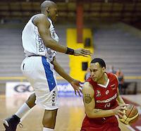 BOGOTÁ -COLOMBIA. 21-03-2014. Norvey Aragon (I) de  Guerreros de Bogotá disputa el balón con Sammy Yeager (D) de Cóndores de Cundinamarca durante partido por la fecha 1 de la  Liga DirecTV de Baloncesto 2014-I de Colombia realizado en el coliseo El Salitre de Bogotá./ Norvey Aragon (L) of Guerreros de Bogotá fights for the ball with Sammy Yeager (R) of Condores de Cundinamarca during match for the first date of the DirecTV Basketball League 2014-I in Colombia at El Salitre coliseum in Bogota. Photo: VizzorImage/ Gabriel Aponte / Staff