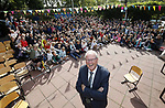 Foto: VidiPhoto<br /> <br /> RHENEN – De bijna 400 leerlingen van de reformatorische Eben-Haëzerschool in Rhenen hebben vrijdag afscheid genomen van meester J. Karens. De 65-jarige schooldirecteur stopt na 44 jaar onderwijs. Hij is al die tijd aan dezelfde school verbonden gebleven. Voordat de directeur mocht vertrekken, moesten er eerst nog wat klusjes afgemaakt worden.