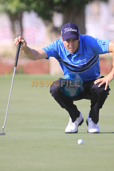 Ross Fisher lines up his putt on the 6th green during  Day 2 at the Dubai World Championship Golf in Jumeirah, Earth Course, Golf Estates, Dubai  UAE, 20th November 2009 (Photo by Eoin Clarke/GOLFFILE)