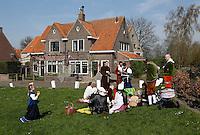 Brielle. Bevrijdingsdag op 1 april: Op deze  dag in 1572 verschenen de Watergeuzen voor de Noordpoort van Den Briel en eisten de overgave van de havenstad. Op deze dag lopen de inwoners in klederdracht uit die tijd en worden de gebeurtenissen nagespeeld. Picknick.