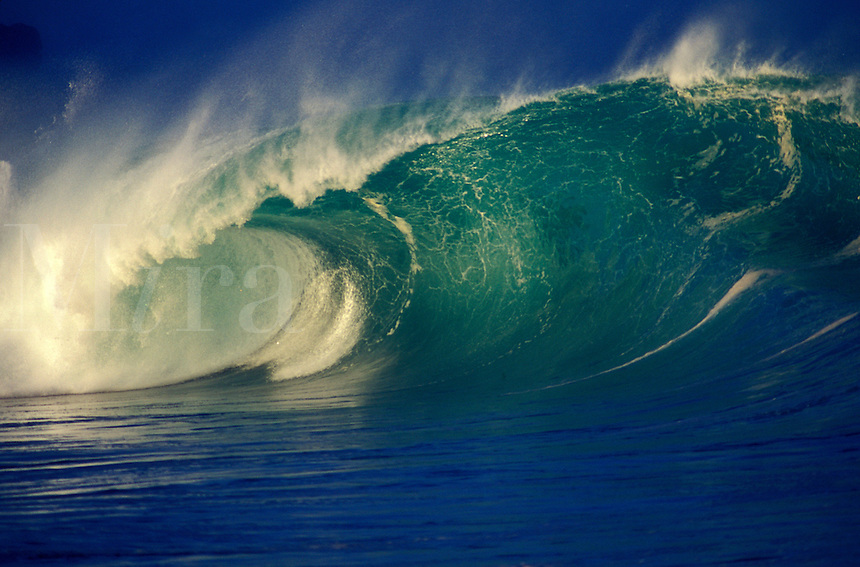 USA, Hawaii, Oahu, North Shore, Waimea Bay shorebreak, giant wave breaking