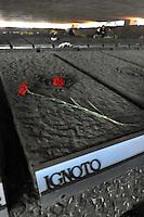 Roma, 23 Marzo 2009.Mausoleo delle Fosse Ardeatine.Le tombe dei 335 martiri uccisi dai nazisti il 24 Marzo 1944..La tomba di un martire ignoto.Rome, 23 March 2009.Mausoleum of the Ardeatine.The graves of 335 martyrs killed by the Nazis March 24, 1944