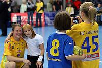 Die Leipzigerinnen gewannen auch das zweite Spiel der Gruppenphase in der Champions League. Im Bild:Maike Daniels laesst sich mit Nachwuchsspielerinnen fotografieren. Foto: Ines Christ