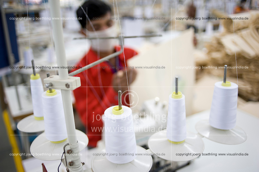 INDIA Miraj , factory Esteam produce fair trade cotton bags for discounter / INDIEN Miraj , Textilfabrik Esteam fertigt fairtrade Baumwolltaschen fuer westliche Discounter