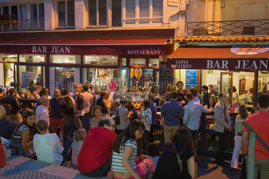 France, Aquitaine, Pyrénées-Atlantiques, Pays Basque, Biarritz : Lieu incontournable pour un Apéro Tapas, le Bar  Jean//  France, Pyrenees Atlantiques, Basque Country, Biarritz: Biarritz at night,