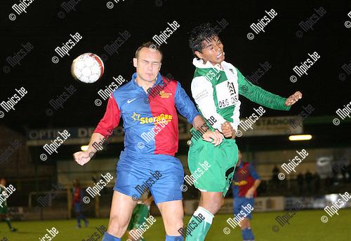 2009-10-24 / Seizoen 2009-2010 / Voetbal / KRC Mechelen - SK Ternat / Kopduel tussen Javier Mena Garcia van Mechelen en Yves Buelinckx van Ternat..Foto: mpics