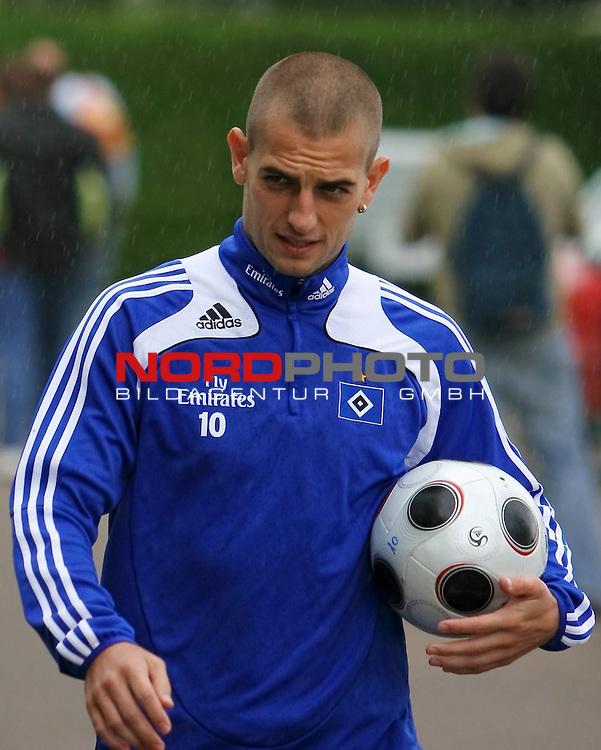 1.Liga FBL 2008/2009  Training Hamburger SV <br /> <br /> Mladen Petric (Nr.10) beim Training im Dauerregen mit Ball.<br /> <br /> <br /> <br /> Foto &copy; nph (nordphoto)<br /> <br /> *** Local Caption ***
