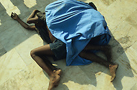 "S?dasien Asien Indien IND Bombay , schlafende Strassenkinder an einer Strasse in Andheri. - Kinder Obdachlosigkeit Armut xagndaz | .South Asia India Bombay Mumbai , sleeping street children .  -  poverty .| [ copyright (c) Joerg Boethling / agenda , Veroeffentlichung nur gegen Honorar und Belegexemplar an / publication only with royalties and copy to:  agenda PG   Rothestr. 66   Germany D-22765 Hamburg   ph. ++49 40 391 907 14   e-mail: boethling@agenda-fototext.de   www.agenda-fototext.de   Bank: Hamburger Sparkasse  BLZ 200 505 50  Kto. 1281 120 178   IBAN: DE96 2005 0550 1281 1201 78   BIC: ""HASPDEHH"" ,  WEITERE MOTIVE ZU DIESEM THEMA SIND VORHANDEN!! MORE PICTURES ON THIS SUBJECT AVAILABLE!! INDIA PHOTO ARCHIVE: http://www.visualindia.net ] [#0,26,121#]"