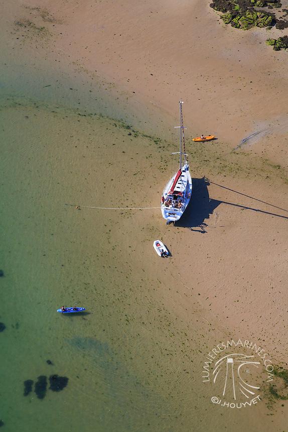 France, Normandie, Manche (50), Jonville, voilier au mouillage (vue aérienne) // France, Normandy, Manche, Jonville, sailing boat anchorage (aerial view)