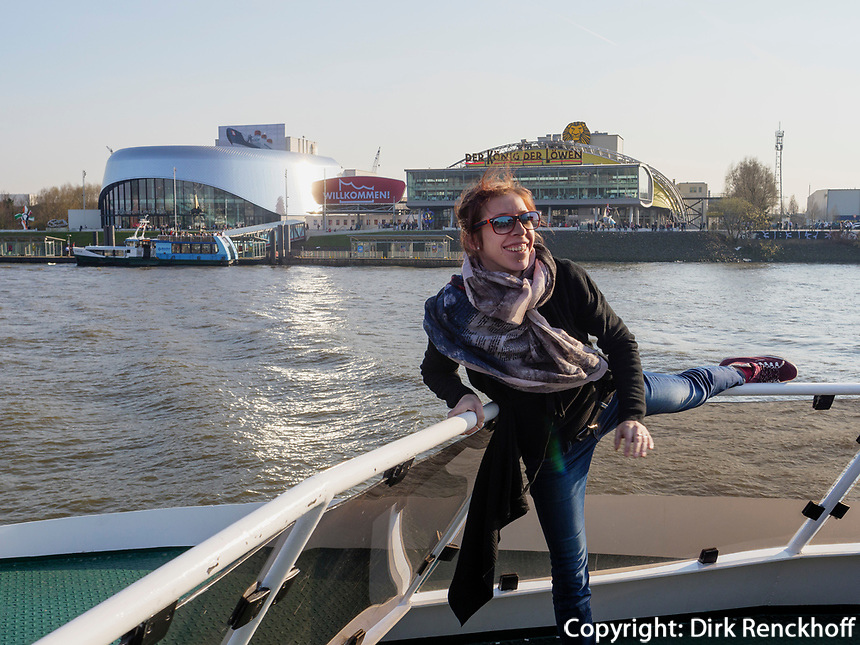 Junge Frau auf Hafenf&auml;hre vor Musucaltheatern, Hamburg, Deutschland, Europa<br /> Younf girl posing onon Ferry, musical theatres at port of Hamburg, Germany, Europe
