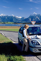 DEU, Deutschland, Bayern, Oberbayern, Allgaeu, bei Hopfen: Hopfensee, Allgaeuer Alpen, Frau am Wagen mit Karte | DEU, Germany, Bavaria, Upper Bavaria, Allgaeu, near Hopfen: Hopfen Lake, Allgaeu Alps, woman with road map, car