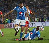 BOGOTÁ- COLOMBIA, 13-12-2017:Andres Cadavid (Izq.) jugador de Millonarios disputa el balón con Anderson Plata  (Der.) jugador del  Independiente Santa Fe, durante  el primer partido por la final  ida de la Liga Aguila 2017  entre   Millonarios  y e Independiente Santa Fe , jugado en el estadio Nemesio Camacho El Campín de la ciudad de Bogotá. /Andres Cadavid (L) Millonarios player fights the ball with Anderson Plata (R) Player of Independiente Santa Fe , during firts match of the final round of the Aguila League 2017 between Millonarios  and Independiente Santa Fe , played at the Nemesio Camacho El Campin stadium in Bogota city: Vizzorimage / Felipe Caicedo / Staff