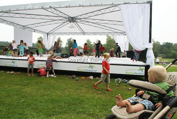 Foto: VidiPhoto..OTTERLO - Op vakantiepark De Zanding in Otterlo op de Veluwe hebben kinderen donderdag het grootste hemelbed ter wereld in gebruik genomen. Tot en met zondag worden er diverse acties gehouden om geld in te zamelen voor KWF Kankerbestrijding. Zo is er een slaapmarathon, een kussengevecht en krijgen slapers ontbijt op bed. De reuzenslaapplek biedt plaats aan 80 slapers en is 10 x 10 meter groot..