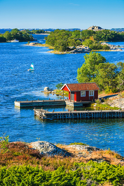 Segeljolle och fiskebod vid en brygga på Norrpada i Stockholms  ytterskärgård