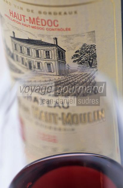 Europe/France/Aquitaine/33/Gironde: Chateau du Haut-Moulin (AOC Haut-Médoc) - Détail bouteille et verre [Non destiné à un usage publicitaire - Not intended for an advertising use]