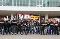 CURITIBA, PR, 22.10.2014 - AGENTES PENITENCIÁRIOS / ATO PÚBLICO / CURITIBA -  Agentes penitenciários  durante  ato Público  na manhã desta quarta-feira (22), em frente do Palácio do Iguaçu, no bairro Centro Civico, em Curitiba. O ato da manifestação é protestar contra rebeliões, a falta de segurança no Sistema Penitenciário do Paraná e a atual gestão que administra as unidades no Estado, cerca de 200 trabalhadores penais de todo estado participam da manifestação. (Foto: Paulo Lisboa / Brazil Photo Press)