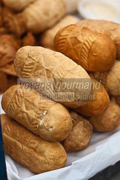 Europe/Voïvodie de Petite-Pologne/Cracovie:   Fromages de brebis de montagne fumés au marché: Stary Kleparz