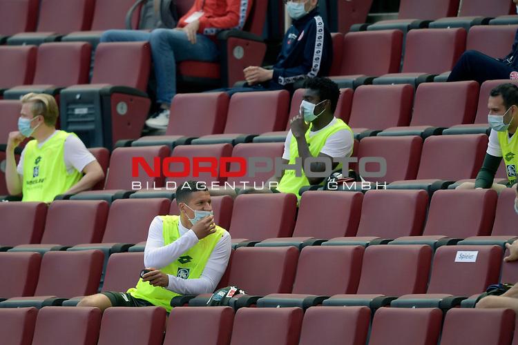 nph00351: Mainzer Ersatzspieler mit Mundschutz,Maske <br /> auf der Tribuene-vorne Jeffrey BRUMA  (1.FSV Mainz 05).<br /> Sport: Fussball: 1. Bundesliga: Saison 19/20: 26.Spieltag: 1.FC KOELN-FSV MAINZ 05,17.05.2020.<br /> Foto: Anke Waelischmiller/SVEN SIMON/POOL / via Meuter/nordphoto<br /> <br /> Nur für journalistische Zwecke! Only for editorial use!<br /> Gemäß den Vorgaben der DFL Deutsche Fußball Liga ist es untersagt, in dem Stadion und/oder vom Spiel angefertigte Fotoaufnahmen in Form von Sequenzbildern und/oder videoähnlichen Fotostrecken zu verwerten bzw. verwerten zu lassen. DFL regulations prohibit any use of photographs as image sequences and/or quasi-video.