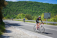 Croatia, Istria, near Vrsar: rural road at Lim Canal, cyclists | Kroatien, Istrien, bei Vrsar: Landstrasse am Limski-Kanal, Radsportler
