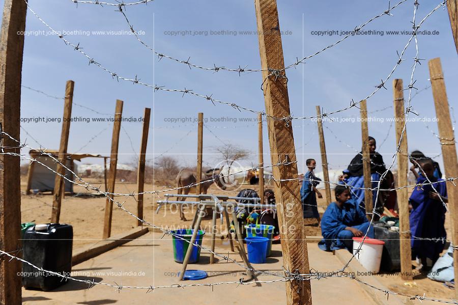 BURKINA FASO Dori , malische Fluechtlinge, vorwiegend Tuaregs, im Fluechtlingslager Goudebo des UN Hilfswerks UNHCR, sie sind vor dem Krieg und islamistischem Terror aus ihrer Heimat in Nordmali geflohen, Wasserversorgung / BURKINA FASO Dori, malian refugees, mostly Touaregs, in refugee camp Goudebo of UNHCR, they fled due to war and islamist terror in Northern Mali  , WEITERE MOTIVE ZU DIESEM THEMA SIND VORHANDEN!! MORE PICTURES ON THIS SUBJECT AVAILABLE!!