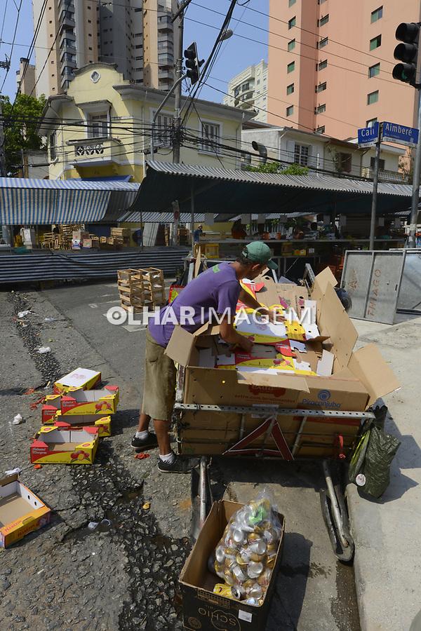 Inagem autorizada. Alessandro Marcio, trabalho de catador de reciclados, latas e papelão. São Paulo. 2017. Foto de Juca Martins