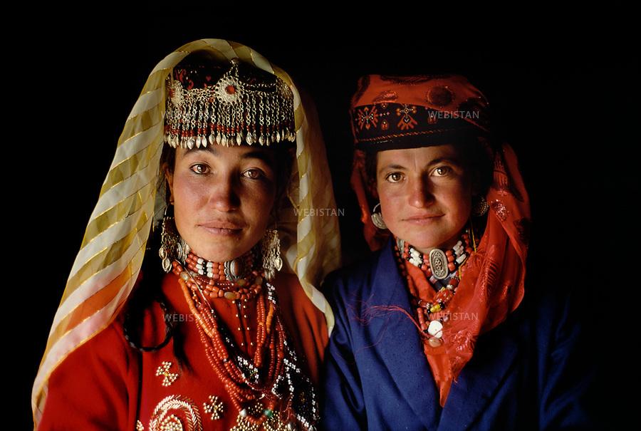1995. Femmes en costume traditionnel tadjik &agrave; un banquet dans la plaine de Mazar lors du 40e anniversaire de &quot;l'ind&eacute;pendance&quot; du comt&eacute; autonome tadjik de Taxkorgan. /  Tajik women in traditional clothes at a feast in the plain of Mazar during the 40th anniversary of the &quot;independence&quot; of Taxkorgan Tajik Autonomous County.<br /> HEMIS diffusion