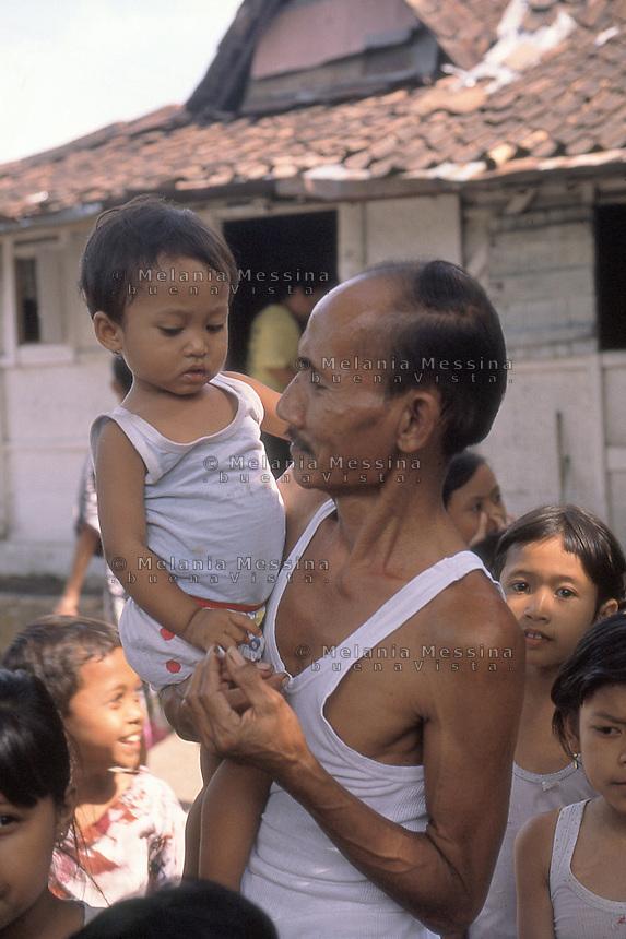 Indonesia, Java island, grandfather with grandchildren.<br /> Indonesia; Giava, nonno e nipoti