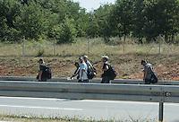 Migranti a piedi lungo l'autostrada in Serbia, in arrivo dalla Macedonia.<br /> Migrants walk along the highway in Serbia , coming from Macedonia .