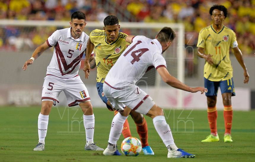 TAMPA - ESTADOS UNIDOS, 10-09-2019: Orlando Berrio jugador de Colombia disputa el balón con Junior Moreno y Luis Del Pino Mago jugadores de Venezuela durante partido amistoso amistoso entre Colombia y Venezuela jugado en el Raymond James Stadium en Tampa, Estados Unidos. / Orlando Berrio player of Colombia fights the ball with Junior Moreno and Luis Del Pino Mago players of Venezuela during a friendly match between Colombia and Venezuela played at Raymond James Stadium in Tampa, Estados Unidos. Photo: VizzorImage / Cristian Alvarez / Cont