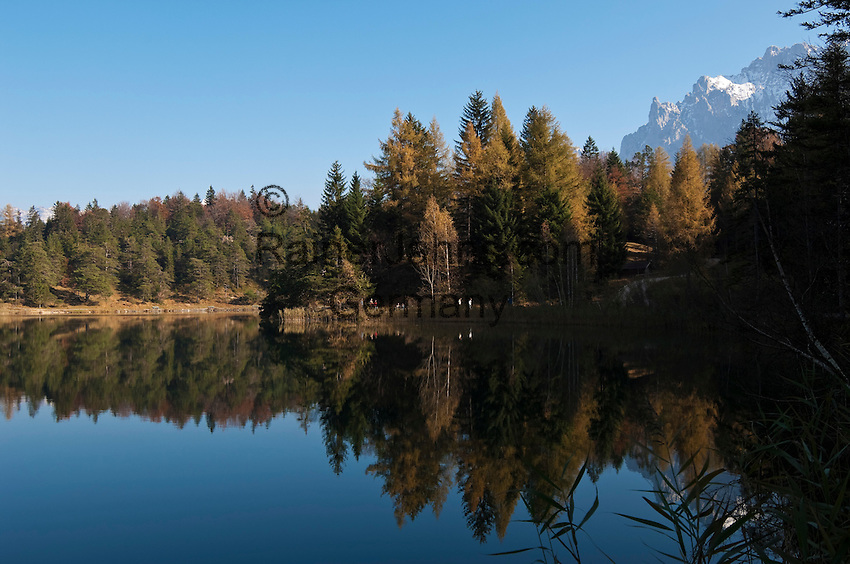Germany, Bavaria, Upper Bavaria, Werdenfelser Land, above Mittenwald: autumn at Lauter Lake, at background Karwendel mountains | Deutschland, Bayern, Oberbayern, Werdenfelser Land, Herbst am Lautersee oberhalb von Mittenwald, im Hintergrund das Karwendelgebirge