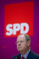 Berlin, Der SPD-Kanzlerkandidat Peer Steinbrück steht am Montag (13.05.13) in der Parteizentrale im Willy-Brandt-Haus bei einer Pressekonferenz zur Vorstellung der Mitgliedern seines Kompetenzteams vor dem Partei Logo. Foto: Steffi Loos/CommonLens