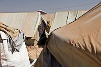 Tunisie Djiba ou Dehiba Camp UNHCR de refugies libyens a la frontiere entre Tunisie et Libye refugees camp  Tunisian and Libyan border  ....Tunisia campo profughi di Djiba o Dehiba al confine tra tunisia e Libia  Figura di donna tra le tende ..Women between tents..Femme entre les tentes du camp