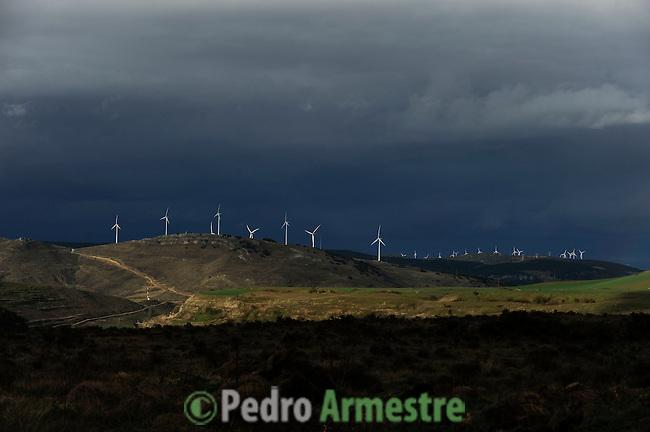 A group of wind turbine are seen in La Veleta wind park, in Monasterio de Rodilla, near Burgos on March 27, 2011. Wind energy is an abundant, renewable, clean and helps reduce emissions of greenhouse gases from power plants to replace fossil fuel-based. (c) Pedro ARMESTRE.Un grupo de aerogeneradores del parque eolico de Veleta son vistos en Monasterio de Rodilla, cerca de Burgos en Marzo 27, 2011. La energía eólica es un recurso abundante, renovable, limpio y ayuda a disminuir las emisiones de gases de efecto invernadero al reemplazar termoeléctricas a base de combustibles fósiles, lo que la convierte en un tipo de energía verde. (c) Pedro ARMESTRE