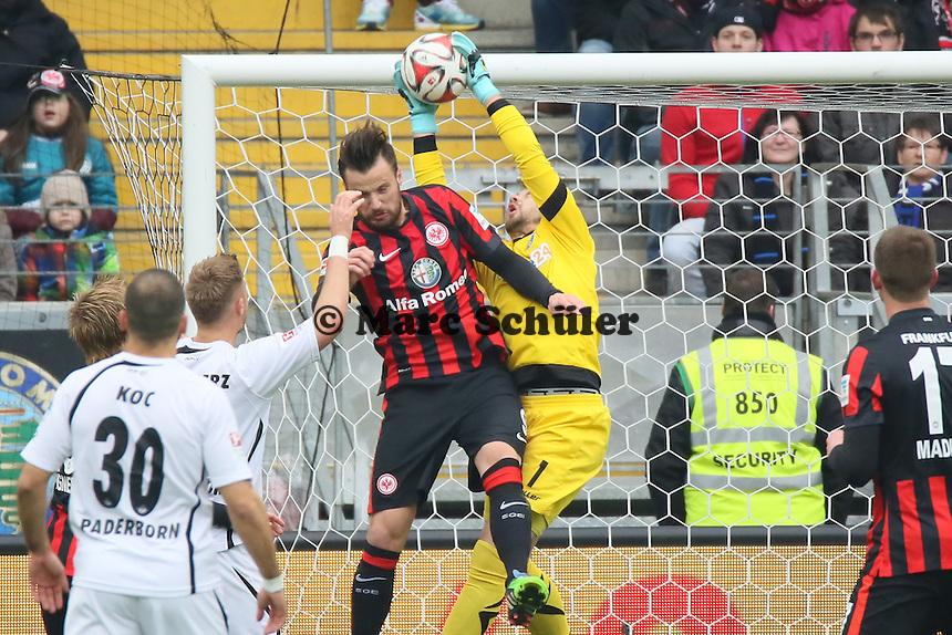 Lukas Kruse (Paderborn) gegen Haris Seferovic (Eintracht) - Eintracht Frankfurt vs. SC Paderborn 07, Commerzbank Arena