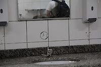 SAO PAULO, SP - 18.10.2014 - Falta de Água na CPTM - A estação Pinheiros da CPTM teve as torneiras de seus toaletes lacrados. Os passageiros se depararam com o lacre na noite deste sabado (18) sendo surpreendidos pela ação da compania que administra a estação.<br /> <br /> (Foto: Fabricio Bomjardim / Brazil Photo Press)