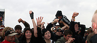 With Full Force XVIII.Das With Full Force (kurz WFF) ist eines der größten Musikfestivals für Metal, Hardcore und Punk in Deutschland. Jährlich lockt es am ersten  Juliwochenende um die 30.000 Metal- und Hardcore-Fans auf den Segelflugplatz Roitzschjora bei Löbnitz statt. In diesem Jahr hat es das Wetter nicht gut gemeint. Dauerregen und 15 Grad bestimmten den kompletten Samstag. Regenjacken, bunte Gummistiefel und Regenschirme wohin das Auge blickte. Trotzdem: Auf zwei Bühnen rockten am zweiten Festivaltag unter anderem Terror, Satyricon, Cavalera Conspiracy, Hatebreed, Die Kassierer, Blood For Blood, Knorkator und Mad Sin das Publikum..Im Bild: Stage diving bei den Klängen der amerikanische New-School-Hardcore-Band Terror..Foto: Karoline Maria Keybe