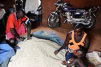 ANGOLA, village Cassombo, small scale farmer, family at home with bean seeds / ANGOLA Kwanza Sul, laendliches Entwicklungsprojekt ACM-KS, Dorf Cassombo, Frau Julia Jose 28 und ihr Mann haben Bohnen Saat von der ACM Saatbank erhalten