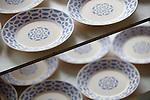 Proceso de creacion de ceramica en la fabrica de Sargadelos en Cervo, Lugo. Piezas de vajilla esperando para entrar en el horno.