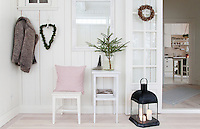 The new glass veranda encompasses hallway and dining room. Lit lanterns, spruce twigs in glass jars and heart-shaped wreaths made of moss add a Christmas atmosphere