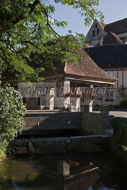 Europe/Europe/France/Midi-Pyrénées/46/Lot/Creysse: La halle couverte, les maisons du village et l'église St Germain de Creysse est l'ancienne chapelle du château.