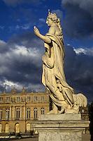 Europe/France/Ile-de-France/78/Yvelines/Versailles/Château de Versailles: Détail statue - En fond le Château et sa façade Renaissance à l'italienne