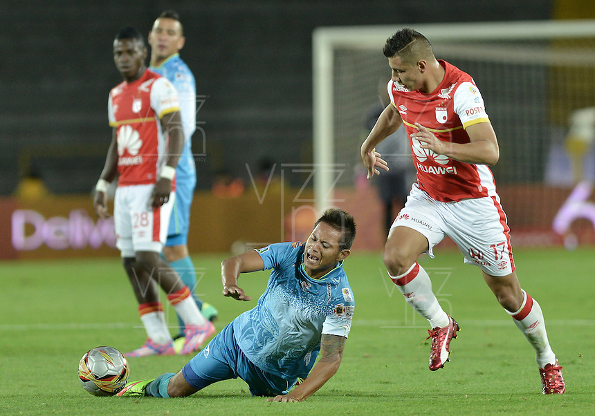 BOGOTÁ -COLOMBIA, 25-04-2015. Juan D Roa (Der.) jugador de Independiente Santa Fe disputa el balón con Denis Gomez (Izq.) jugador de Jaguares FC durante partido entre Independiente Santa Fe y Jaguares FC por la fecha 17 de la Liga Aguila I 2015 jugado en el estadio Nemesio Camacho El Campin de la ciudad de Bogota. / Juan D Roa (R) player of Independiente Santa Fe struggles for the ball with Denis Gomez (L) player of Jaguares FC during a match between Independiente Santa Fe and Jaguares FC for the 17th date of the Liga Aguila I 2015 played at Nemesio Camacho El Campin Stadium in Bogota city. Photo: VizzorImage/ Gabriel Aponte / Staff