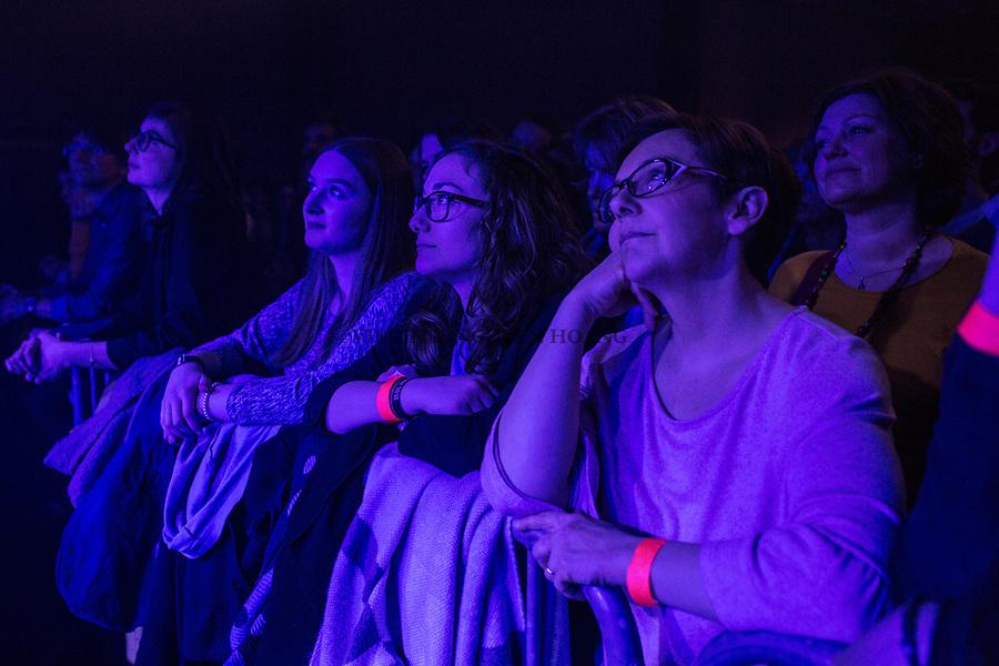 Perwez, Belgique: Public de la salle Perwex lors d'un concert du groupe Sonnfjord, le 23 février 2018.