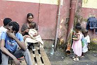 Roma, 13 Giugno 2015<br /> Vi Tiburtina.<br /> Centinaia di migranti hanno trovato rifugio nel centro di accoglienza Baobab di Via Cupa e nelle vie limitrofe.<br /> Uomini e donne nel cortile.<br /> Mamma con bambini.