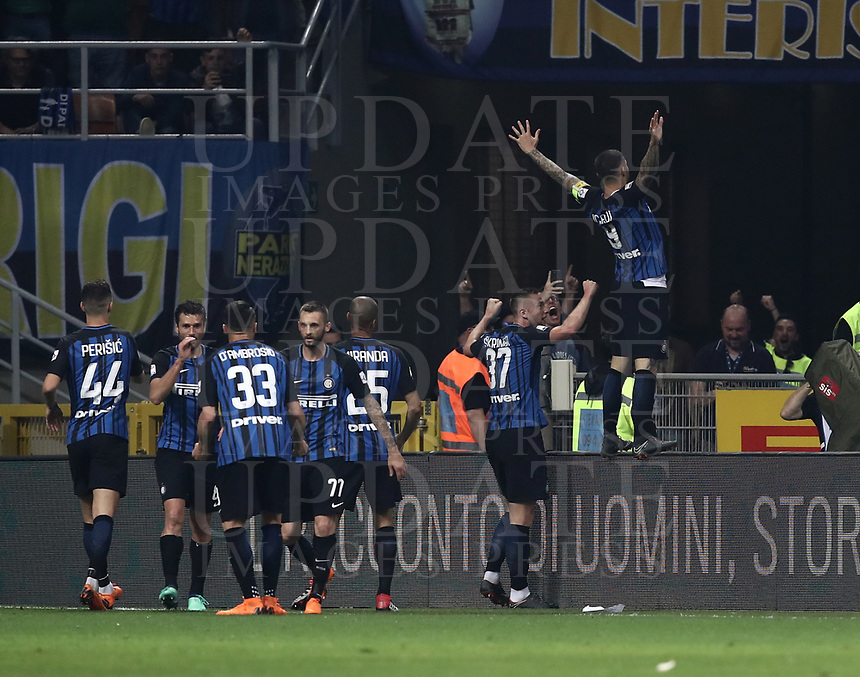 Calcio, Serie A: Inter - Juventus, Milano, stadio Giuseppe Meazza (San Siro), 28 aprile 2018.<br /> Inter's captain Mauro Icardi celebrates after scoring with his teammates during the Italian Serie A football match between Inter Milan and Juventus at Giuseppe Meazza (San Siro) stadium, April 28, 2018.<br /> UPDATE IMAGES PRESS/Isabella Bonotto
